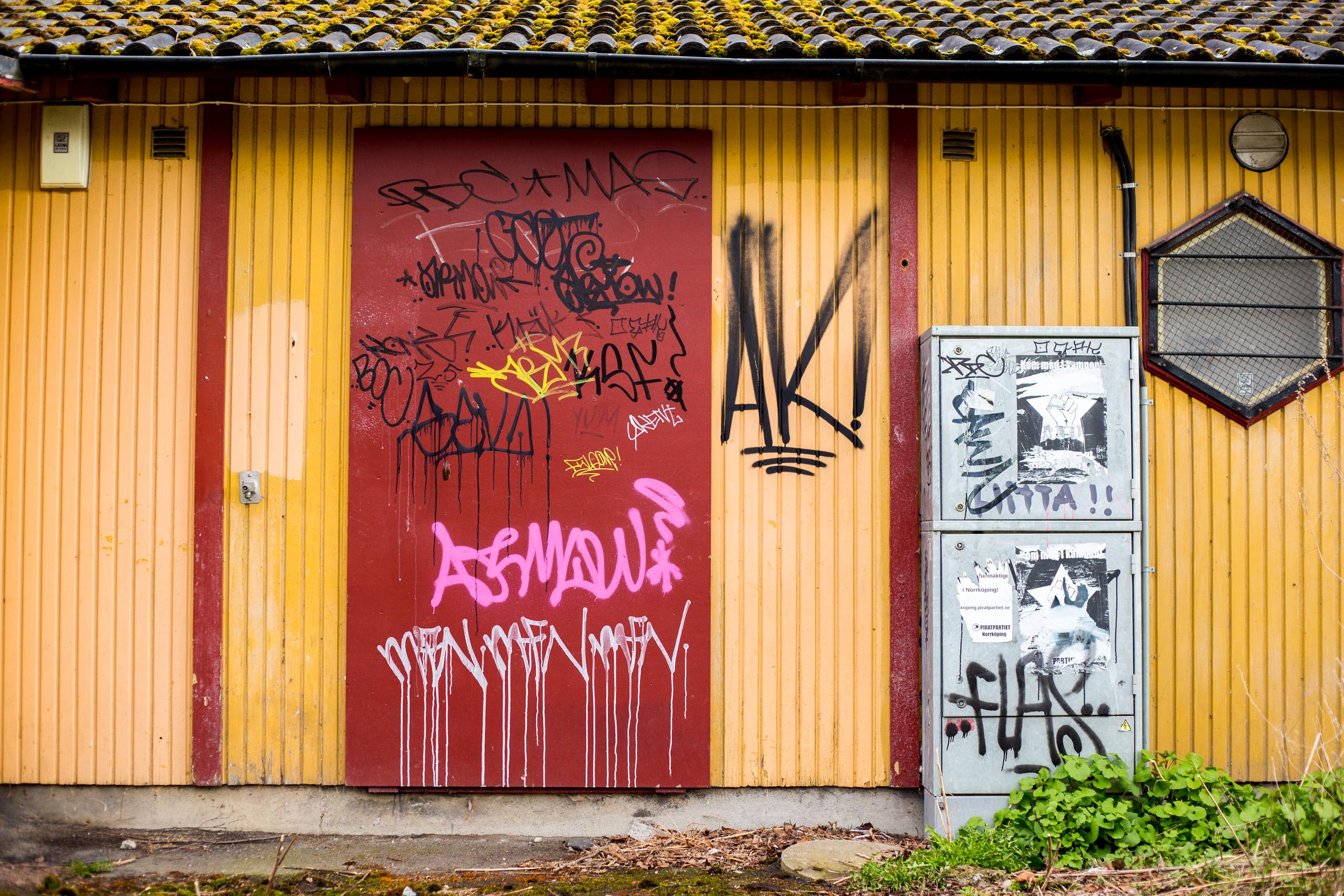 Gul byggnad med graffiti