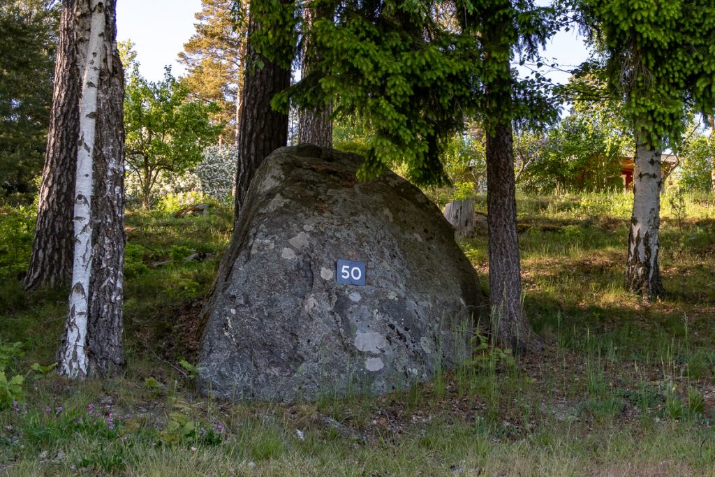 Nummerskylt på sten