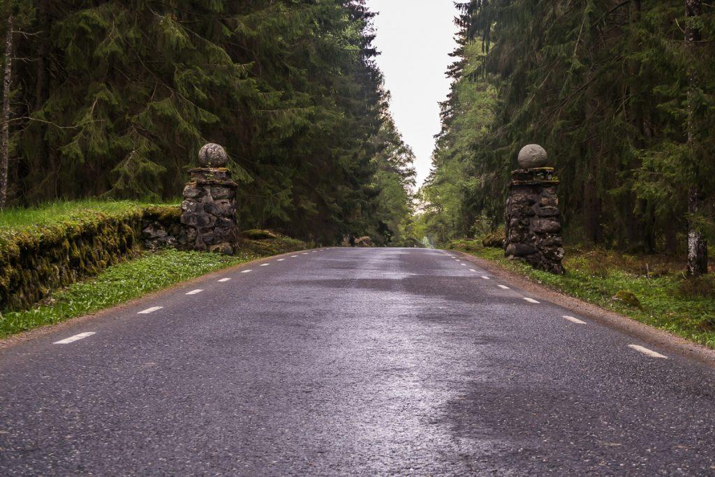 Stenstolpar som markerar att man närmar sig Harpsund