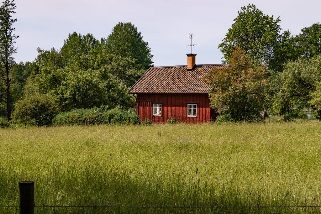 Rött gammalt trähus