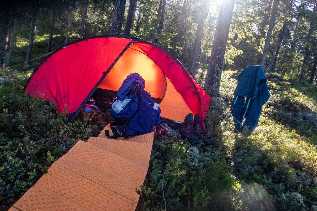 Packar ihop nattlägret och tältet