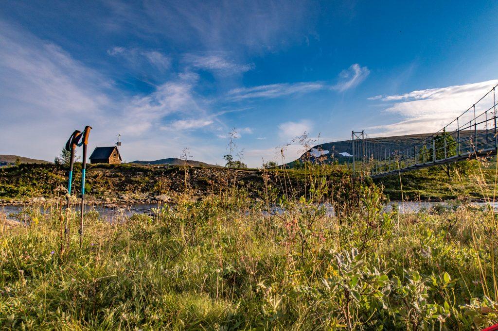 Utsikt över Tsielekjåkk och en hängbro