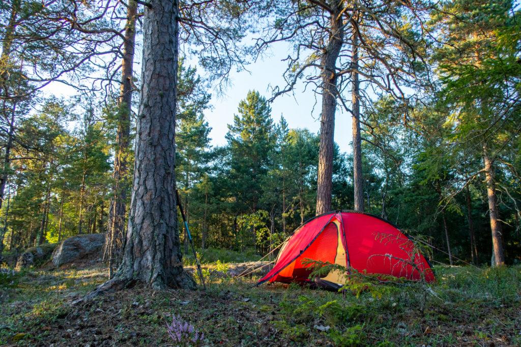 Rött Hilleberg Niak-tält i skogen