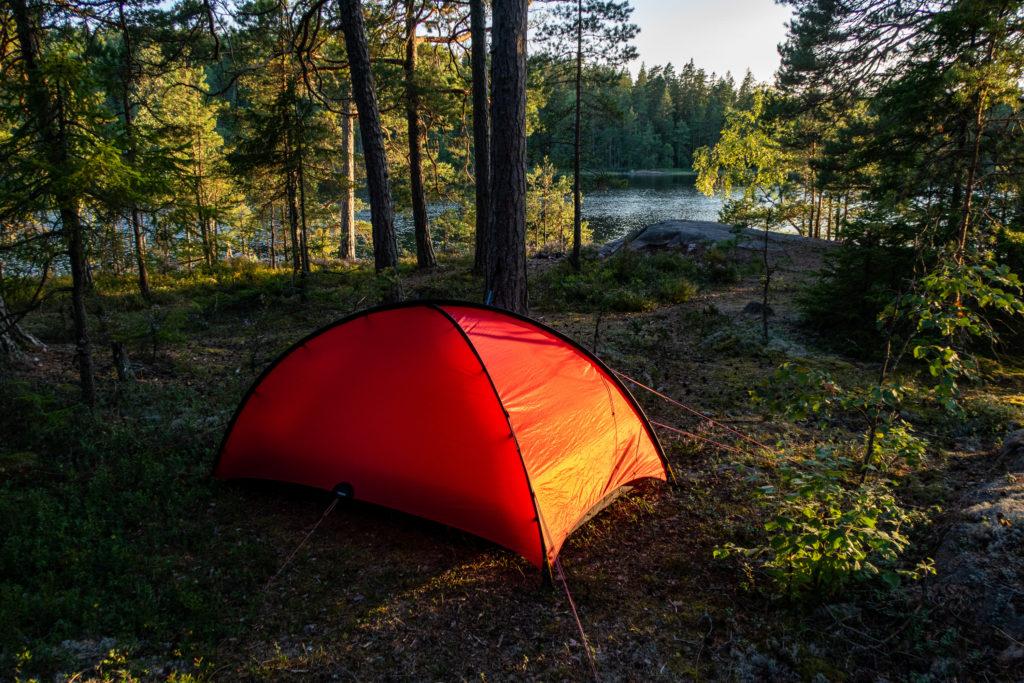 Rött Hilleberg Niak-tält i skymningen