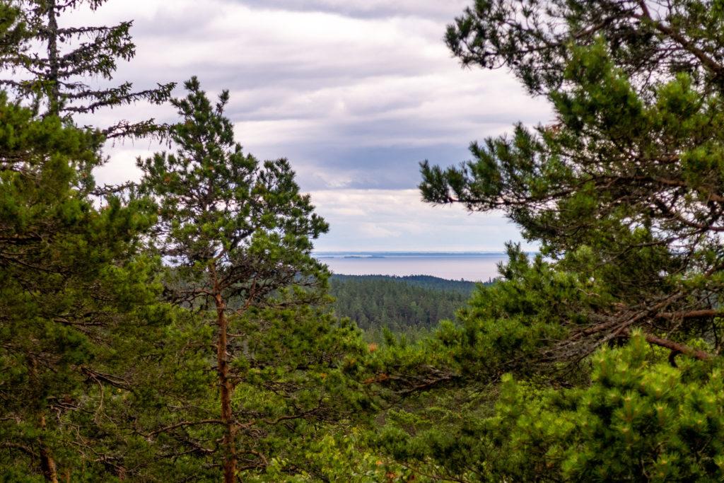 Utsikt över Vättern från Lilla Trollkyrkan i Tivedens nationalpark