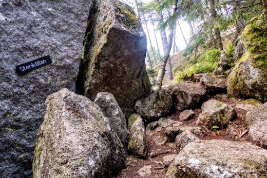 Skylt till Stenkällan i Tivedens nationalpark