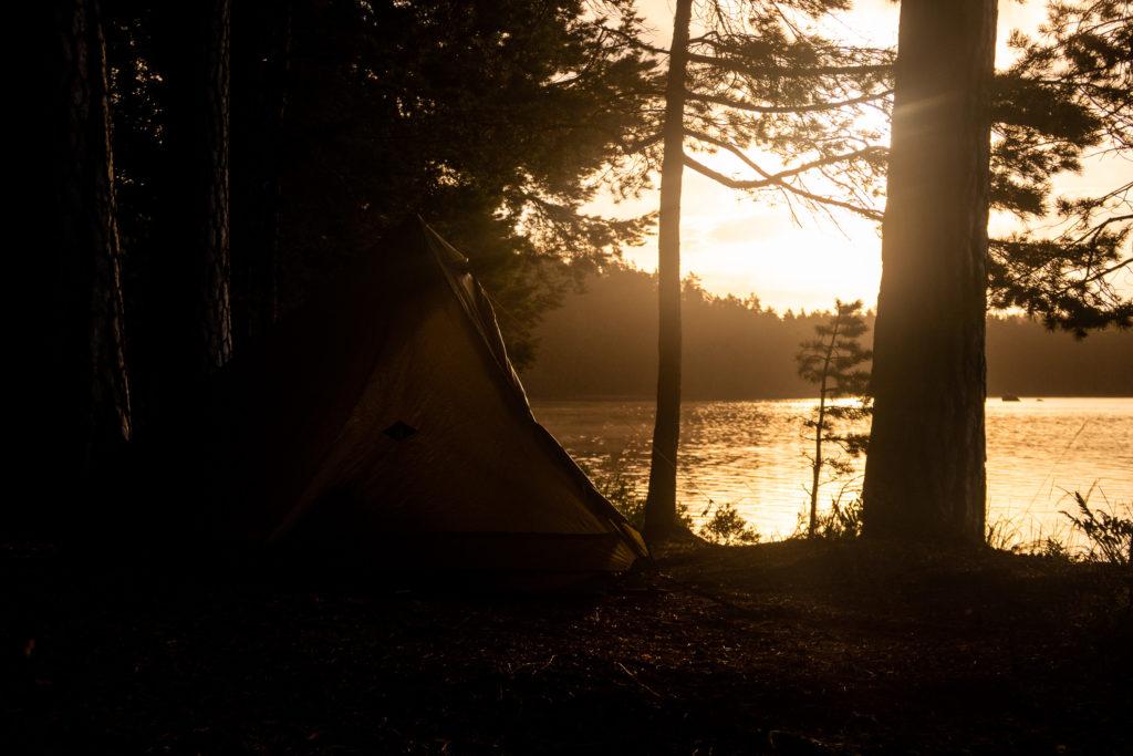 Tält i solnedgång vid Käringaudden i Tivedens nationalpark