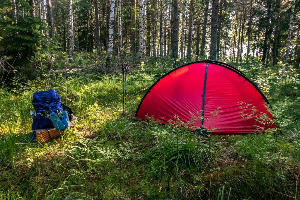 Hilleberg Niak och ryggsäck från Osprey i skogen