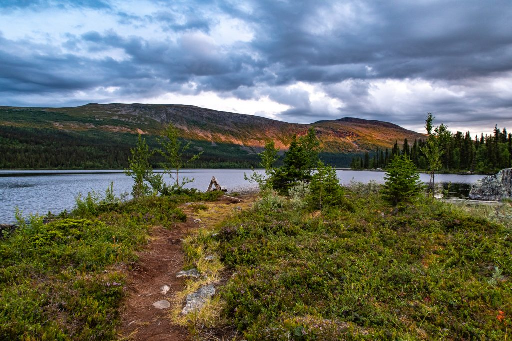 Utsikt över sjö och berg vid Pårtestugan längs Kungsleden