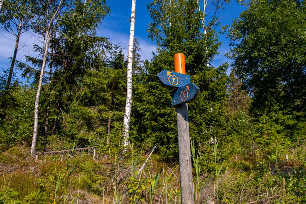 Skyltar visar vilken väg Bergslagsleden tar