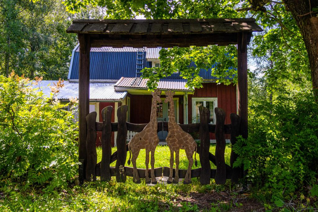 Grindar med giraffer vid hus längs Bergslagsleden