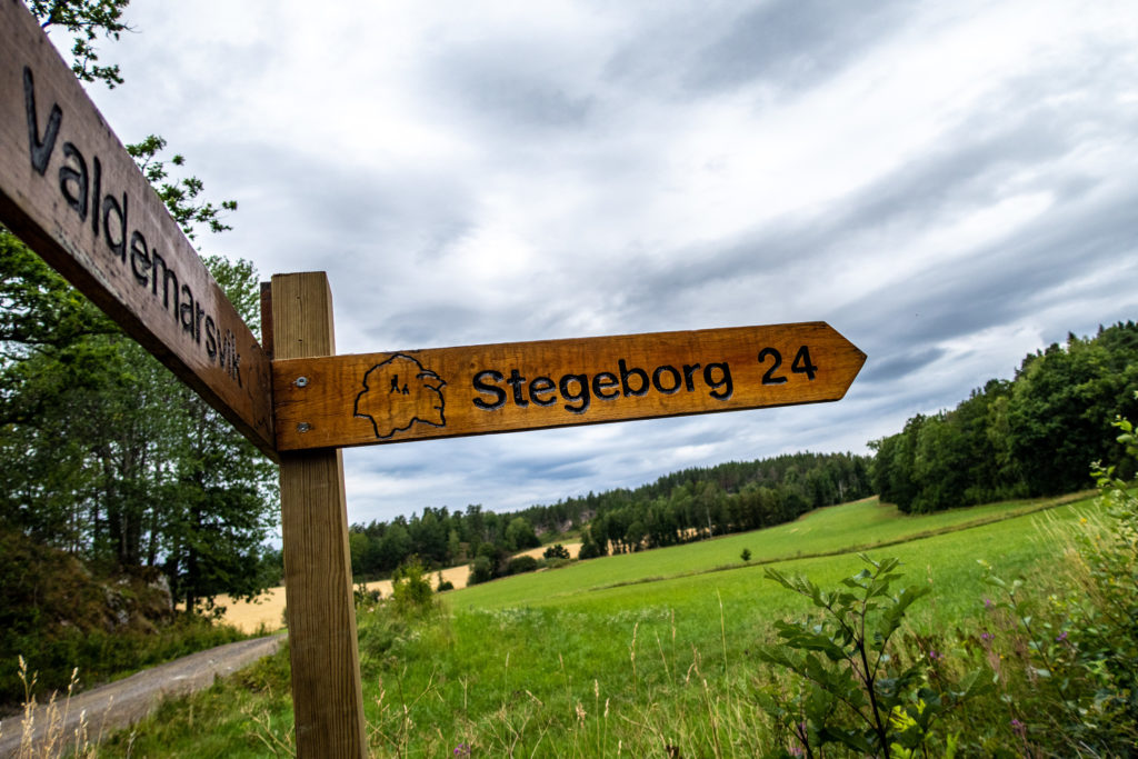 Vandringsskylt pekar mot Stegeborg