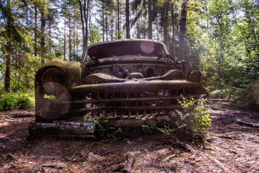 Gammal bil på bilkyrkogården på Kyrkö Mosse